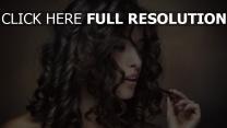 bouclé cheveux brunette sensuel