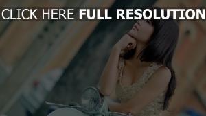 brunette robe vue de côté chérie