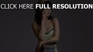 katy perry chanteuse robe brunette frisé