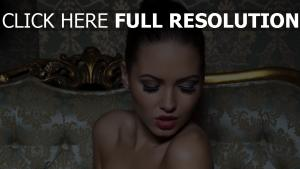 brunette maquillage visage rouge à lèvres