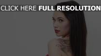 tatouage brunette cheveux longs visage