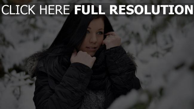 fond d'écran hd forêt couverts de neige brunette veste