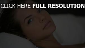 cheveux bruns yeux bleus naturel mannequin