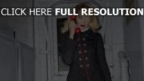 candice swanepoel téléphone manteau rouge à lèvres