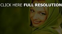 blond yeux verts sourire écharpe