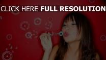 bulle de savon visage rouge à lèvres