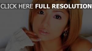 yeux bruns boucles d'oreilles roux visage belle