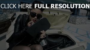 brunette maquillage veste cuir style urbain