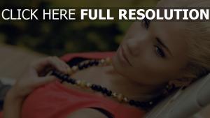 blond mascara naturel collier