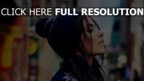 brunette style urbain chapeau vue de côté