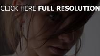 cheveux bruns naturel yeux bleus gros plan