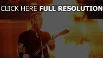 metallica guitare flamme scène