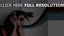 cheveux bruns écouteurs lunettes de soleil