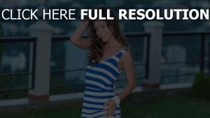 robe d'été cheveux bruns belle naturel