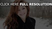 cheveux clairs manteau hiver sourire