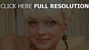 blond visage gros plan yeux bleus boucles d'oreilles