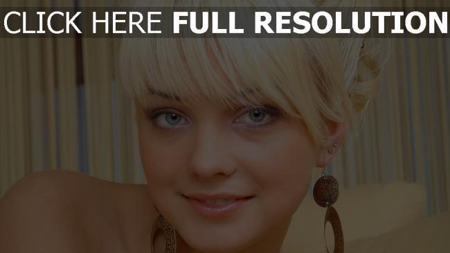 fond d'écran hd blond visage gros plan yeux bleus boucles d'oreilles