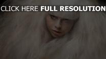 ébouriffé blond visage vue de face