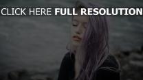 pourpre cheveux longs tendre visage