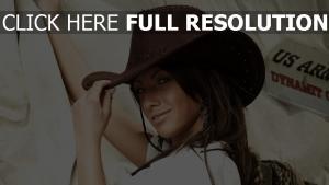 cheveux bruns chapeau de cow-boy sourire