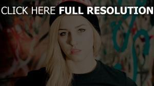 blond style urbain piercing chapeau mascara