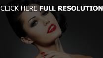 brunette rouge à lèvres maquillage yeux bleus