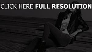 veste cuir tendre brunette jeans noir et blanc