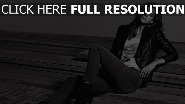 fond d'écran hd veste cuir tendre brunette jeans noir et blanc