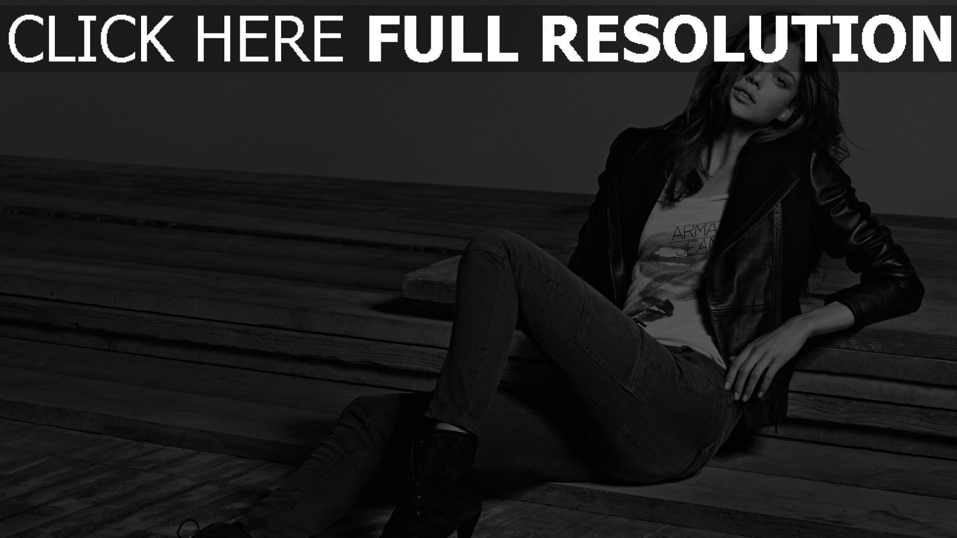 fond d'écran 1920x1080 veste cuir tendre brunette jeans noir et blanc