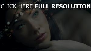 yeux verts couronne tendre visage