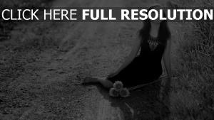 route robe noir et blanc pensif