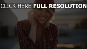 blond sourire chapeau chemise