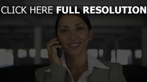 femme d'affaires smartphone sourire vue de face