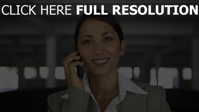 fond d'écran hd femme d'affaires smartphone sourire vue de face