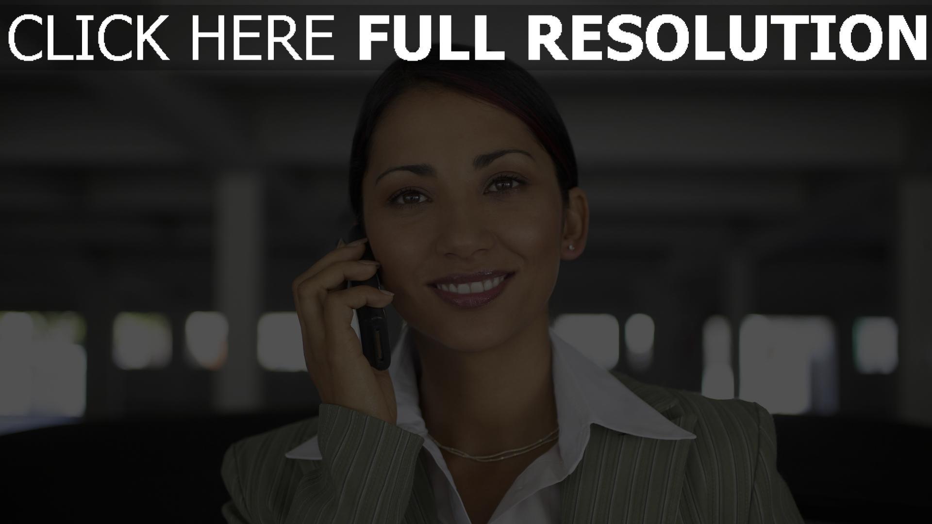 fond d'écran 1920x1080 femme d'affaires smartphone sourire vue de face
