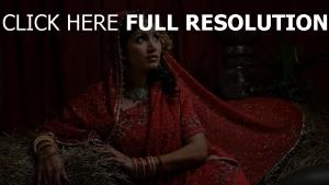 costume traditionnel rouge bijoux brunette