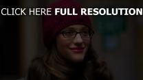 kat dennings chapeau lunettes rouge à lèvres