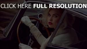 kayslee collins blond rouge à lèvres gants