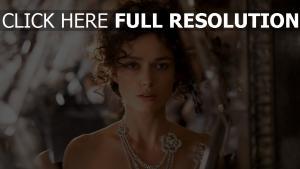 keira knightley visage coiffure bijoux collier