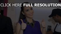 kim kardashian geste collier visage
