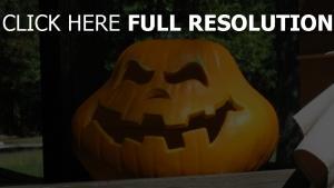 citrouille-lanterne colère sourire gros plan